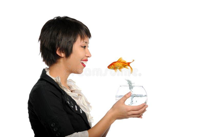 Giovane donna asiatica con i pesci dell'oro immagine stock