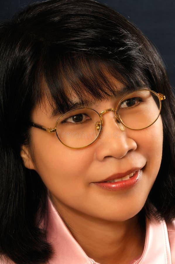 Giovane donna asiatica con i vetri immagini stock libere da diritti