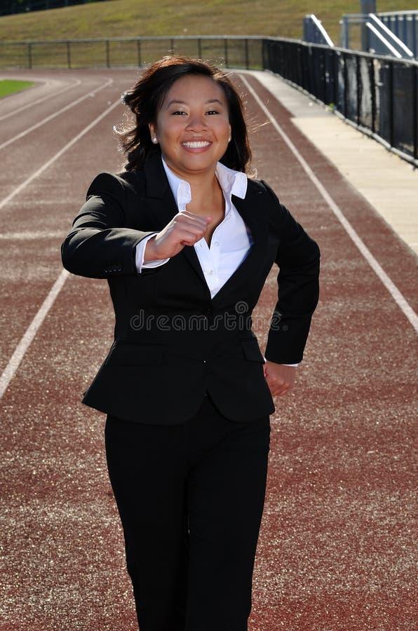 Giovane donna asiatica di affari che esegue una corsa immagini stock libere da diritti