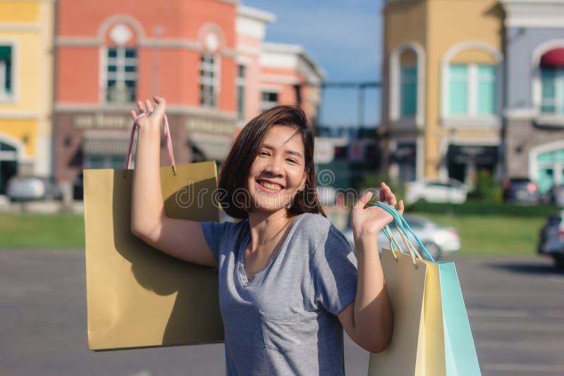 Giovane donna asiatica felice che compera un mercato all'aperto immagine stock libera da diritti