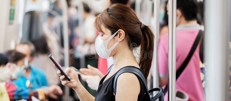 Giovane donna asiatica indossa una maschera chirurgica contro il Novel coronavirus o la malattia del virus della corona Covid-19  fotografia stock libera da diritti
