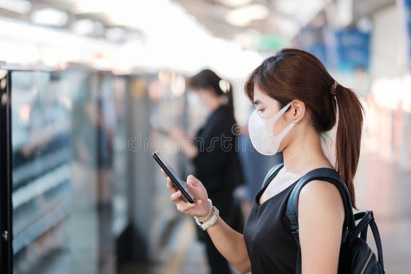 Giovane donna asiatica indossa una maschera chirurgica contro il Novel coronavirus o la malattia del virus della corona Covid-19  fotografie stock