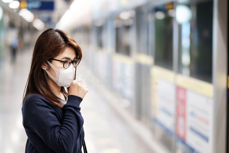 Giovane donna asiatica indossa una maschera di protezione contro il Novel coronavirus o la malattia di Corona Virus Covid-19 alla fotografia stock
