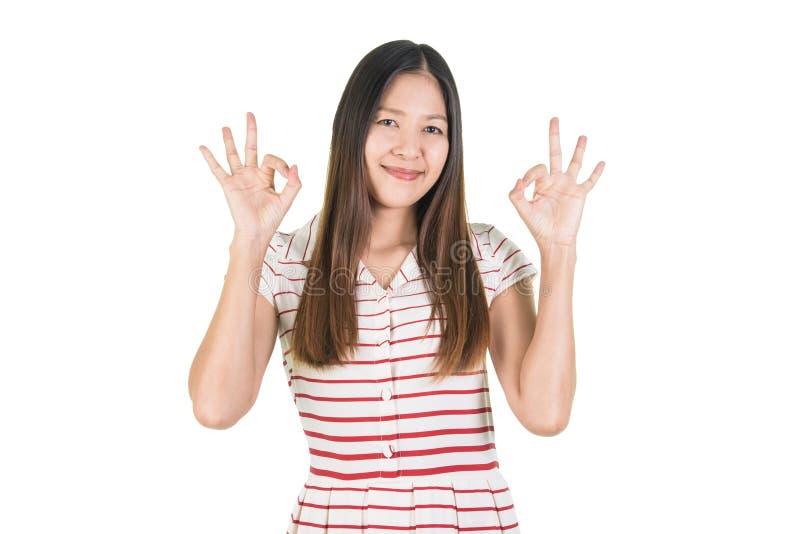 Giovane donna asiatica sorridente felice che fa gesto giusto fotografie stock libere da diritti