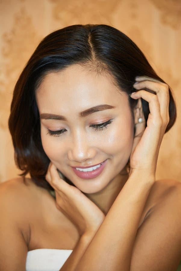 Giovane donna asiatica in stazione termale immagine stock