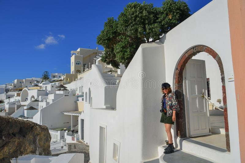 Giovane donna asiatica sull'isola di Santorini immagine stock libera da diritti