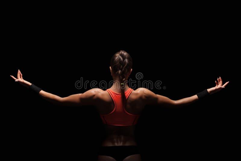 Giovane donna atletica che mostra i muscoli della parte posteriore immagini stock libere da diritti