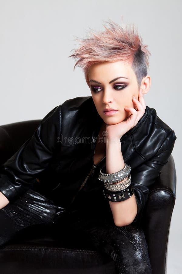 Giovane donna attraente in abbigliamento punk fotografie stock
