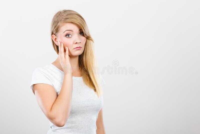 Giovane donna attraente bionda sveglia triste fotografia stock