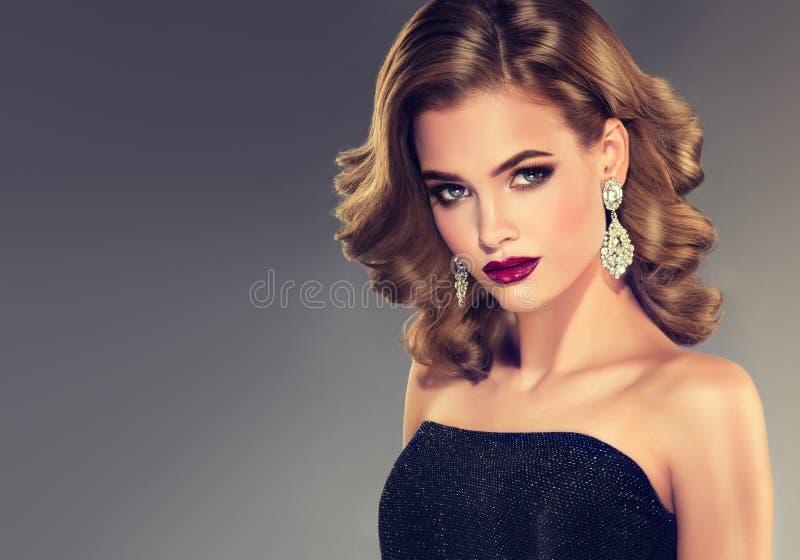 Giovane donna attraente castana con la breve acconciatura ondulata fotografia stock
