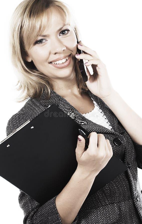 Giovane donna attraente che chiama dal telefono cellulare fotografie stock