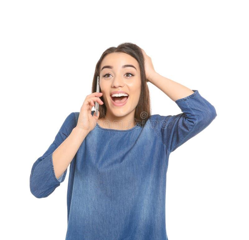 Giovane donna attraente che comunica sul telefono mobile immagini stock libere da diritti