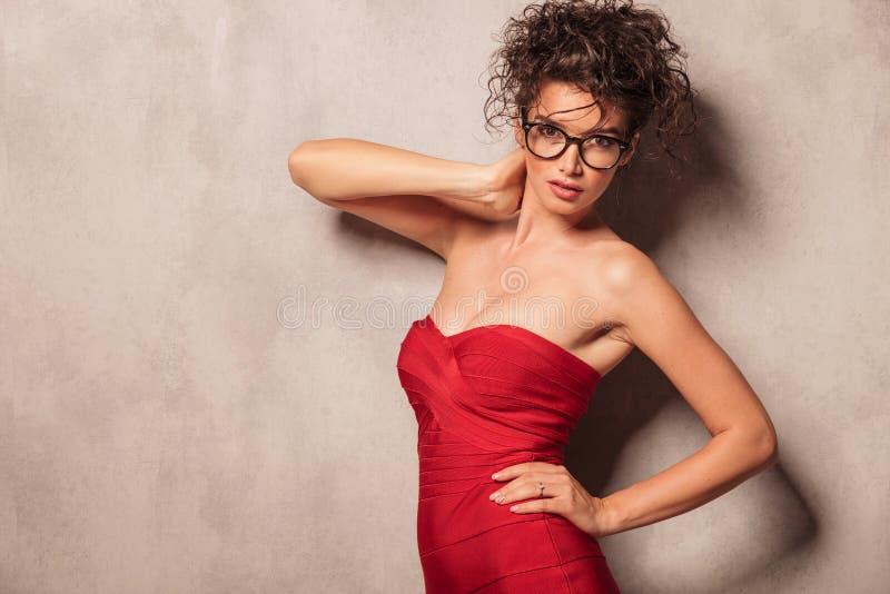 Giovane donna attraente che esamina la macchina fotografica fotografie stock libere da diritti