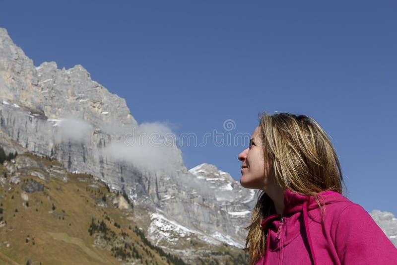 Giovane donna attraente che esamina le montagne immagini stock