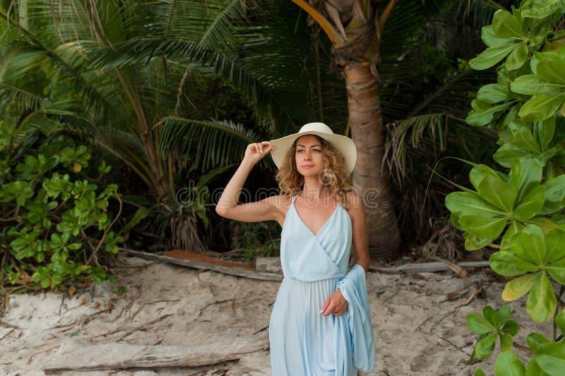 Giovane donna attraente che gode della passeggiata sull'isola bianca fotografie stock libere da diritti