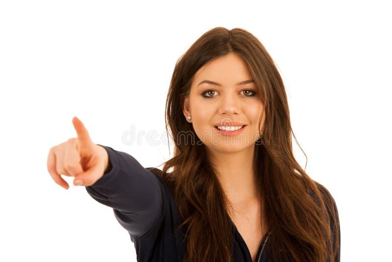 Giovane donna attraente che indica lo spazio della copia isolato sopra briciolo immagine stock libera da diritti