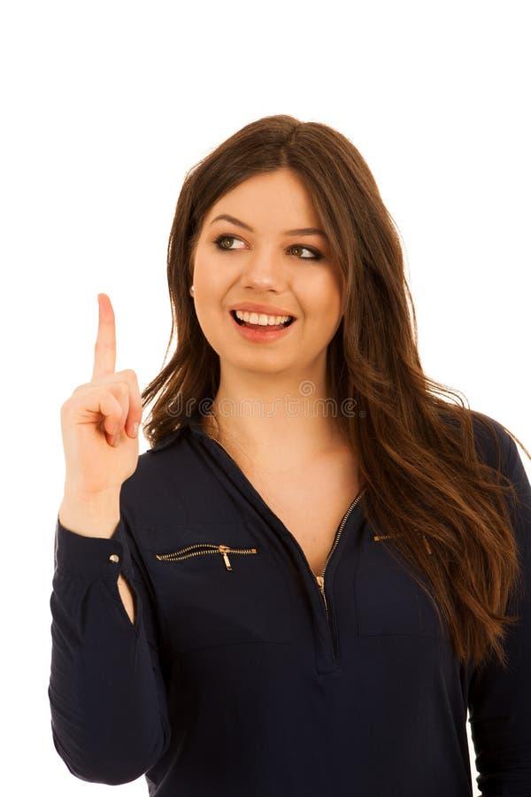 Giovane donna attraente che indica lo spazio della copia isolato sopra briciolo fotografie stock