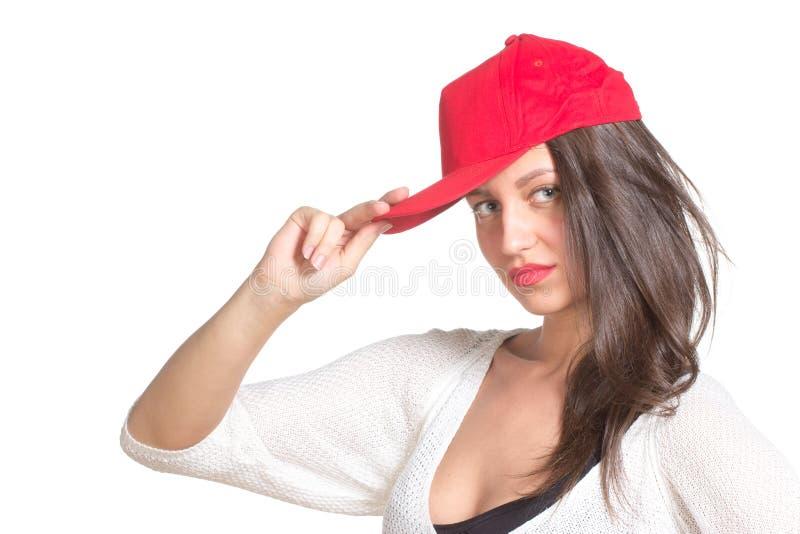 Giovane donna attraente che indossa un berretto da baseball rosso immagine stock libera da diritti