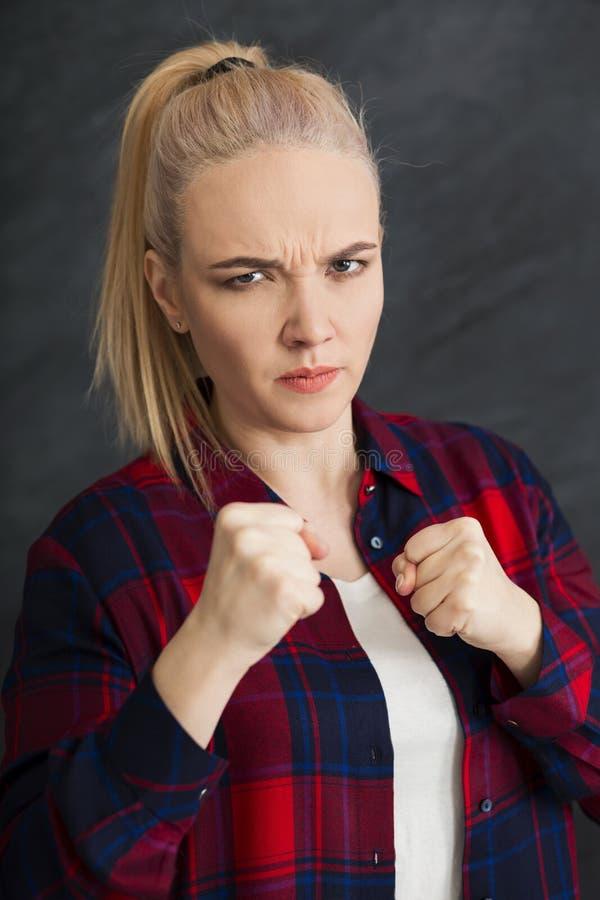 Giovane donna attraente che mostra gesto della perforazione immagine stock libera da diritti