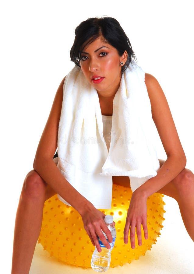 Giovane Donna Attraente Che Riposa Sulla Palla Di Allenamento Fotografia Stock