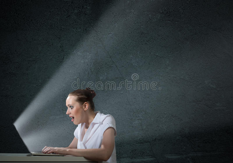 Giovane donna attraente che tiene un telefono cellulare immagine stock