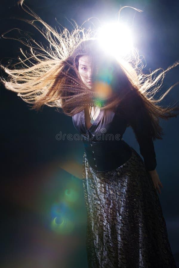 Giovane donna attraente con capelli lunghi come una strega Femme castana, stile mistico di fantasia fotografie stock
