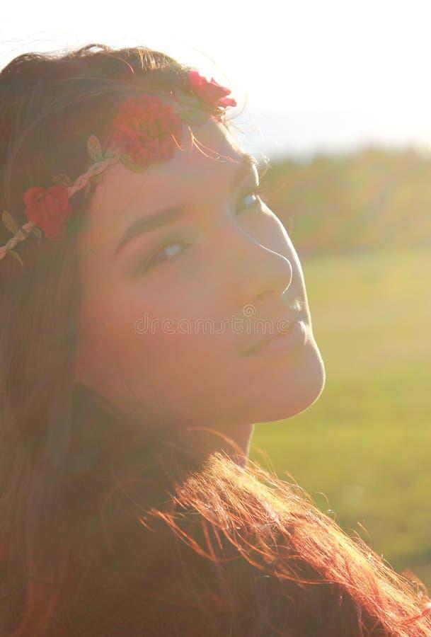Giovane donna attraente con capelli lunghi e la corona floreale immagini stock