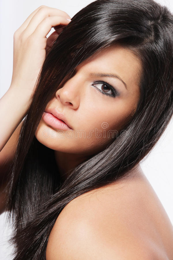 Giovane donna attraente con capelli neri lunghi. immagini stock