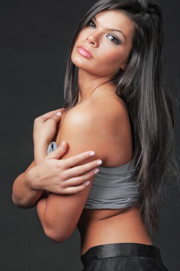 Giovane donna attraente con capelli neri lunghi. fotografie stock