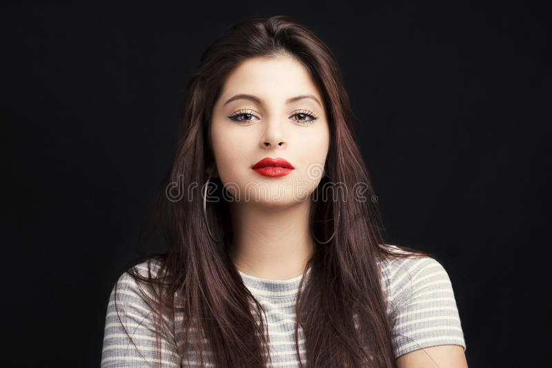 Giovane donna attraente con capelli neri lunghi fotografia stock libera da diritti