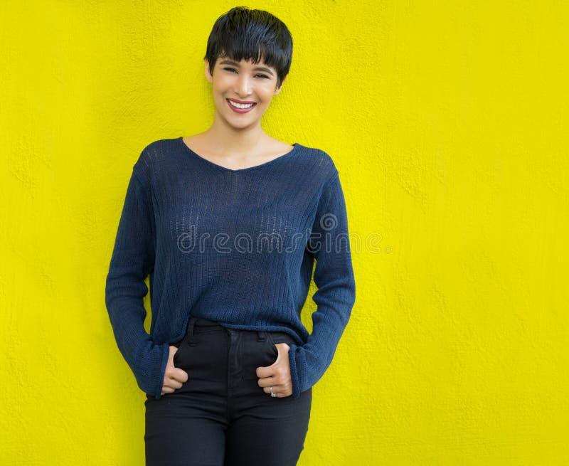 Giovane donna attraente con il sorriso amichevole dei brevi capelli alla moda fotografia stock libera da diritti