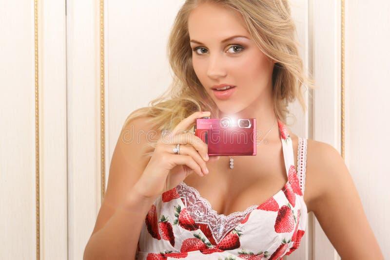 Giovane donna attraente con la macchina fotografica digitale immagini stock