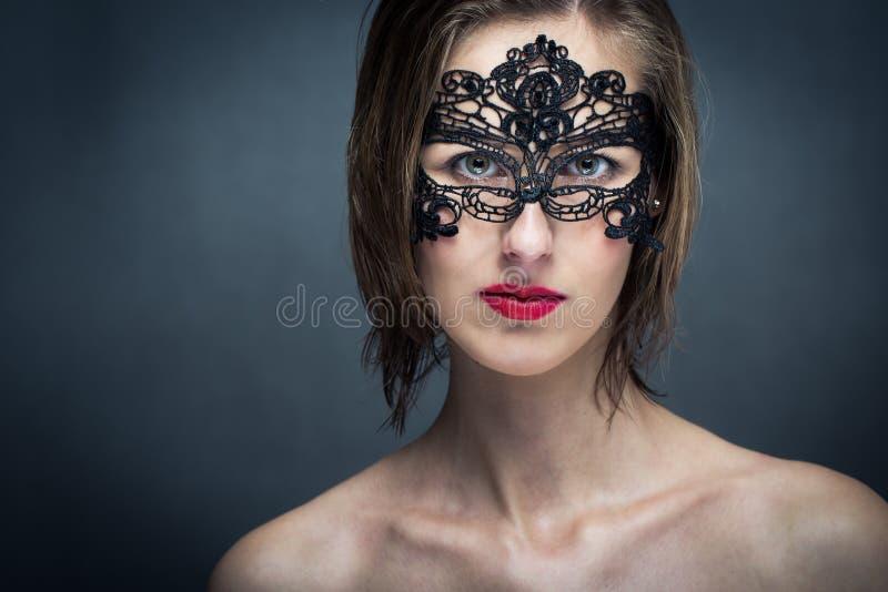 Giovane donna attraente con la maschera immagine stock libera da diritti