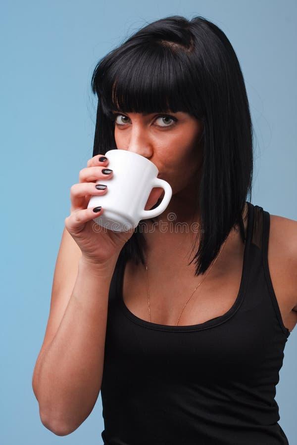 Giovane donna attraente con la tazza di caffè fotografia stock libera da diritti