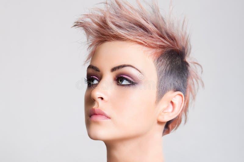 Giovane donna attraente con un'acconciatura punk immagini stock libere da diritti
