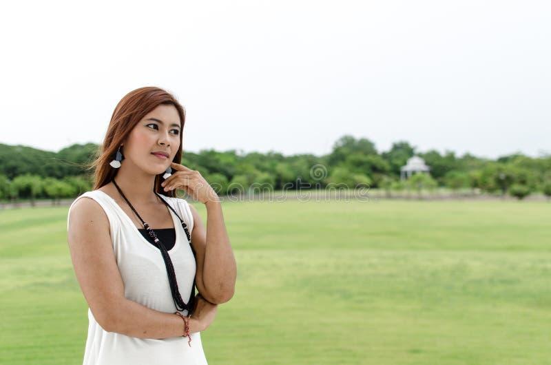 Giovane donna attraente dell'asiatico della testarossa immagine stock libera da diritti
