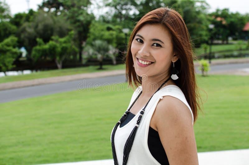 Giovane donna attraente dell'asiatico della testarossa fotografia stock