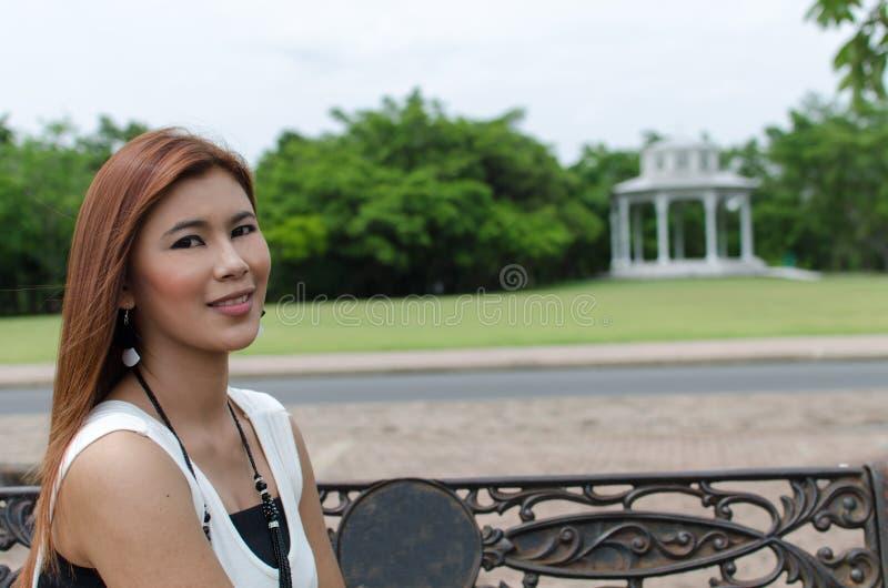 Giovane donna attraente dell'asiatico della testarossa immagini stock