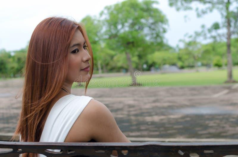Giovane donna attraente dell'asiatico della testarossa fotografie stock libere da diritti