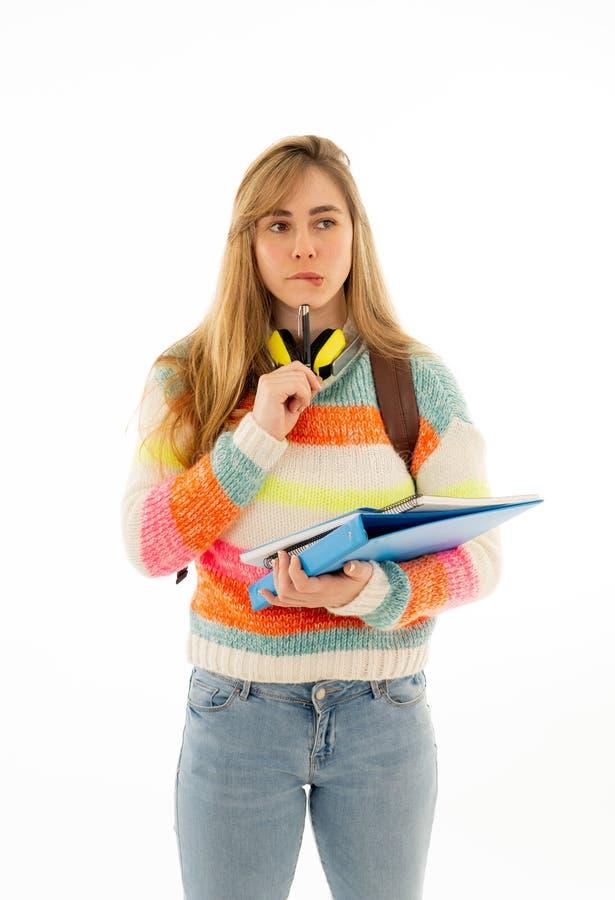 Giovane giovane donna attraente dello studente che pensa in nuove idee e futuro di piallatura fotografia stock libera da diritti