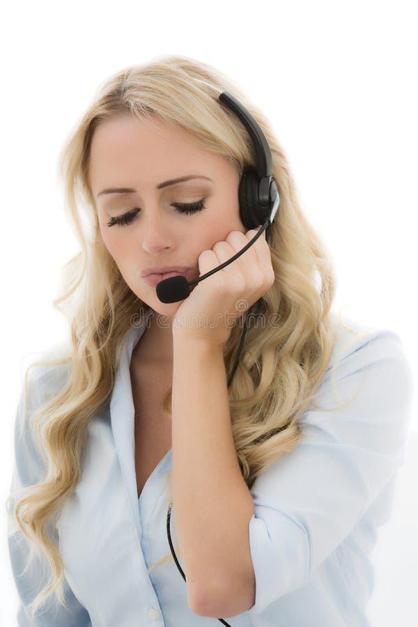 Giovane donna attraente di affari che per mezzo di una cuffia avricolare del telefono fotografia stock libera da diritti