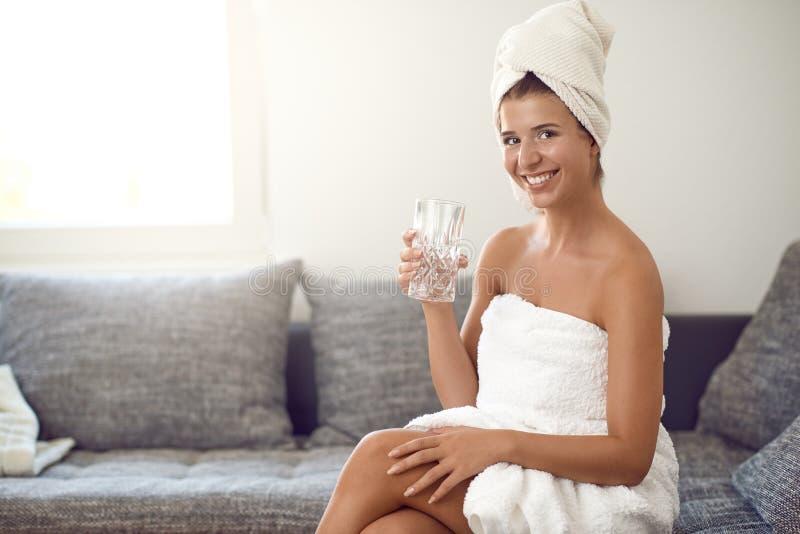 Giovane donna attraente felice con un sorriso amichevole sveglio fotografie stock libere da diritti