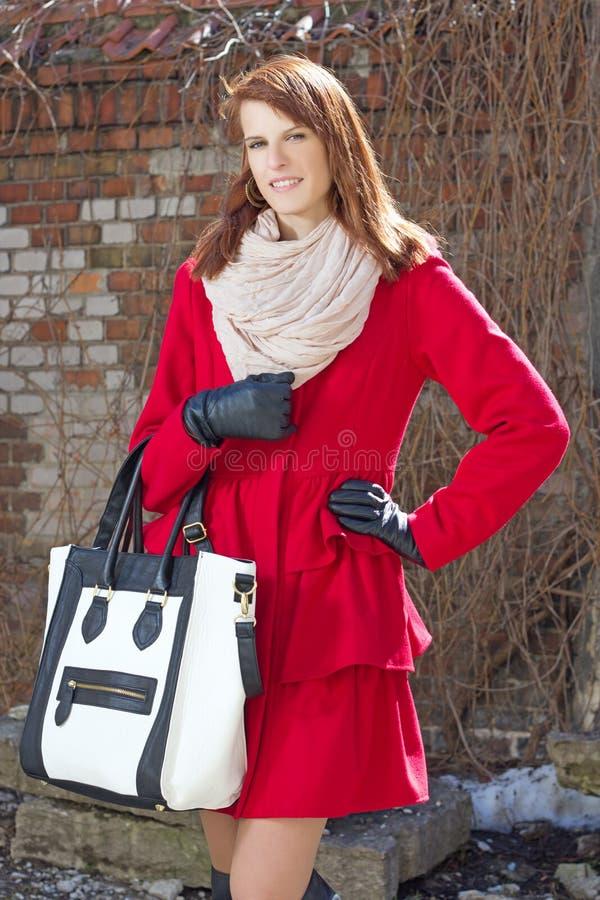 Download Giovane Donna Attraente Nel Rosso Sopra Il Muro Di Mattoni Immagine Stock - Immagine di caucasico, modo: 30832071