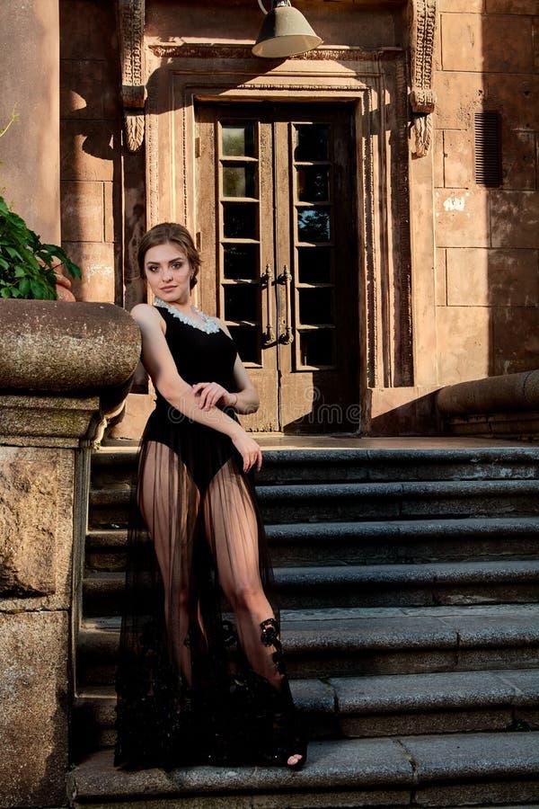 Giovane donna attraente nel vestito nero trasparente sexy Ritratto della giovane donna immagine stock