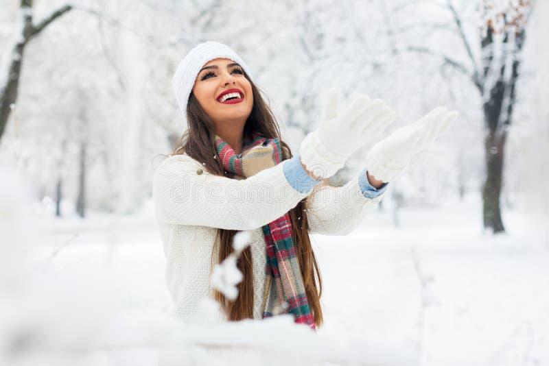 Giovane donna attraente nell'orario invernale all'aperto fotografia stock