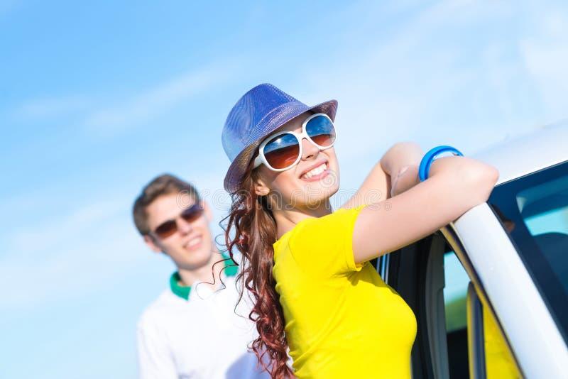 Giovane donna attraente in occhiali da sole fotografia stock
