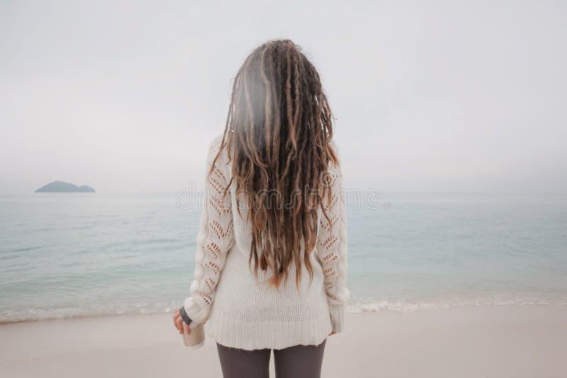 Giovane donna attraente in orologio del maglione la linea di orizzonte fotografia stock libera da diritti