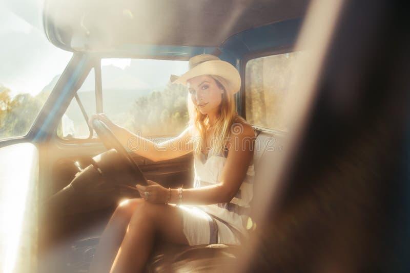 Giovane donna attraente su un viaggio stradale immagine stock