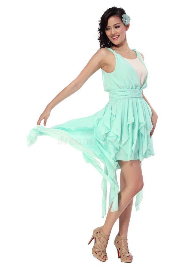 Giovane donna attraente in vestito alla moda fotografie stock libere da diritti