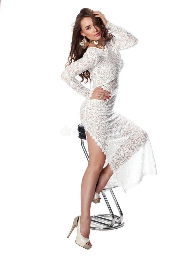 Giovane donna attraente in vestito bianco di classe fotografia stock